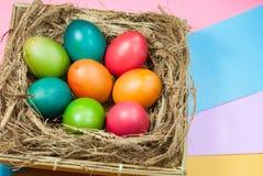 Variedad colorida de adornamiento de los fondos del huevo de Pascua de colores brillantes Imagen de archivo