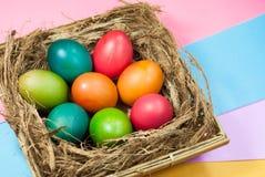 Variedad colorida de adornamiento de los fondos del huevo de Pascua de colores brillantes Imágenes de archivo libres de regalías