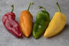 Variedad colorida fresca de pimientas acentuadas dulces Fotografía de archivo libre de regalías