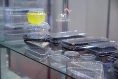 Variedad de acondicionamiento de los alimentos en la vitrina foto de archivo