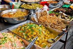 Variedad de alimento tailandés en mercado Foto de archivo libre de regalías