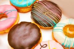Variedad de anillos de espuma y de tarta de crema de Boston o de anillos de espuma del chocolate sin un agujero, preparada en la  imágenes de archivo libres de regalías