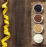 Variedad de arroz en cuencos en la tabla de madera Imagen de archivo
