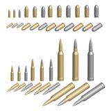 Variedad de balas ilustradas en las cubiertas de plata o de acero de cobre amarillo Imagenes de archivo