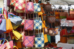 Variedad de bolsos en una parada del mercado Fotos de archivo libres de regalías