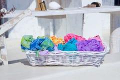 Variedad de bufandas coloridas en la cesta en mercado callejero Imagenes de archivo