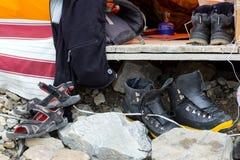 Variedad de calzado usada por los miembros de la expedición alpina de la montaña que sube Foto de archivo