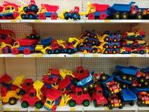 Variedad de camiones coloreados en la tienda enorme imagenes de archivo