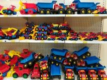 Variedad de camiones coloreados en la tienda enorme imagen de archivo libre de regalías