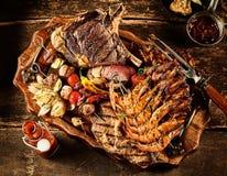 Variedad de carne de la barbacoa servida en la tabla Fotografía de archivo libre de regalías