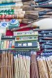 Variedad de cepillos de la caligrafía exhibidos en el mercado de Panjiayuan, Pekín, China Imágenes de archivo libres de regalías