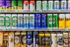 Variedad de cervezas en un colmado 7 once foto de archivo