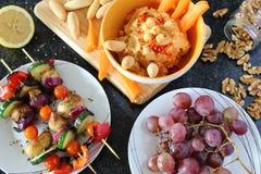 Variedad de comida del vegano presentada imágenes de archivo libres de regalías
