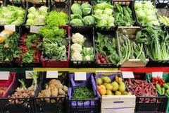 Variedad de comida en mercado Fotos de archivo