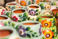 Variedad de crisoles de cerámica colorido pintados. Foto de archivo libre de regalías
