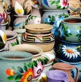 Variedad de crisoles de cerámica coloridos en pueblo viejo Fotos de archivo libres de regalías
