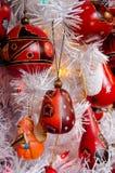 Variedad de decoraciones rojas del árbol de navidad en ciudad vieja fotografía de archivo