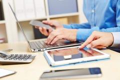 Variedad de Digitaces con el ordenador portátil, la tableta y el smartphone Imágenes de archivo libres de regalías