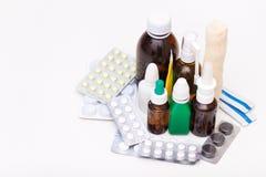 Variedad de drogas y de p?ldoras en el fondo blanco Concepto de la lista de la medicaci?n imagen de archivo libre de regalías