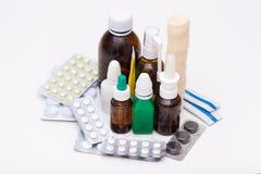 Variedad de drogas y de p?ldoras en el fondo blanco Concepto de la lista de la medicaci?n fotos de archivo