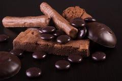 Variedad de dulces del chocolate en fondo de madera oscuro Imagen de archivo libre de regalías
