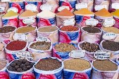 Variedad de especias y de hierbas en el mercado Foto de archivo libre de regalías