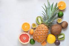 Variedad de frutas exótica con la opinión superior del fondo blanco del espacio de la copia Foto de archivo