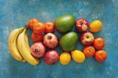 Variedad de frutas frescas en fondo azul rústico imagen de archivo libre de regalías