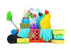 Variedad de fuentes de limpieza en una cesta foto de archivo