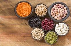 Variedad de granos - pinto, negro, mung, blanco, lentejas y garbanzos Foto de archivo