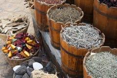 Variedad de hierbas y de especias en compartimientos Fotografía de archivo libre de regalías