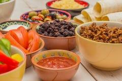 Variedad de ingredientes para hacer los burritos mexicanos Fotos de archivo libres de regalías