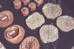 Variedad de joyería de plata Accesorios de plata hechos a mano, fotografía retra del estilo Mercado de la artesanía en la isla de Fotos de archivo
