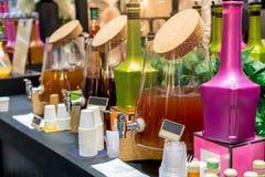 Variedad de jugo en el dispensador de la bebida para el desayuno foto de archivo
