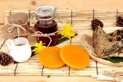 Variedad de la miel con el panal y la miel en un tarro Fotos de archivo