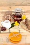 Variedad de la miel con el panal y la miel en un tarro con cera de abejas Imagen de archivo libre de regalías