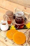 Variedad de la miel con el panal y la miel en un tarro con cera de abejas Fotografía de archivo