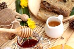 Variedad de la miel con el panal y la miel en un tarro con cera de abejas Imagenes de archivo
