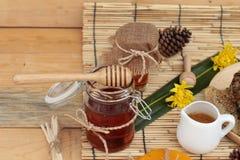 Variedad de la miel con el panal y la miel en un tarro con cera de abejas Fotos de archivo