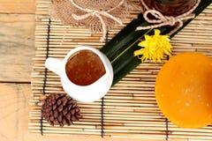 Variedad de la miel con el panal y la miel en un tarro con cera de abejas Foto de archivo libre de regalías