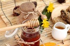 Variedad de la miel con el panal y la miel en un tarro con cera de abejas Fotografía de archivo libre de regalías