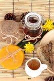 Variedad de la miel con el panal y la miel en un tarro con cera de abejas Foto de archivo