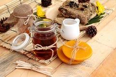 Variedad de la miel con el panal y la miel en un tarro con cera de abejas Fotos de archivo libres de regalías