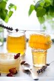 Variedad de la miel, panal en tarros de cristal Foto de archivo libre de regalías