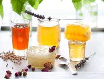 Variedad de la miel, panal en tarros de cristal Fotos de archivo
