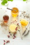 Variedad de la miel, panal en tarros de cristal Foto de archivo