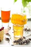 Variedad de la miel, panal en tarros de cristal Imagenes de archivo