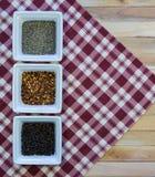 Variedad de la pimienta del condimento en servilleta roja de la tela escocesa Fotografía de archivo libre de regalías