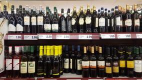 Variedad de licores en un supermercado italiano imagen de archivo libre de regalías