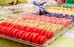 Variedad de macarrones coloridos dulces Fotos de archivo